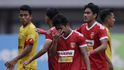 Gelandang Perseru Badak Lampung FC, Hariyanto Panto, menangis usai berhasil mengalahkan Bhayangkara FC pada laga Liga 1 2019 di Stadion Patriot, Bekasi, Jumat (16/8). Bhayangkara FC takluk 0-1 dari Badak Lampung FC. (Bola.com/M Iqbal Ichsan)