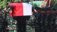Jenazah Praka Anumerta dimakamkan di kampung halamannya di NTB. (Liputan6.com/Kodam Cenderawasih/Katharina Janur)