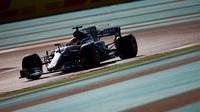 Pebalap Mercedes, Lewis Hamilton, menjadi yang tercepat pada sesi latihan bebas ketiga F1 GP Abu Dhabi di Sirkuit Yas Marina, Uni Emirat Arab, Sabtu (25/11/2017). (Bola.com/Twitter/F1)