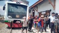 Rangkaian gerbong kereta inspeksi PT KAI langsung diserbu warga sekitar, saat pengecekan jalur di Stasiun Wanaraja, Garut, Jawa Barat (Liputan6.com/Jayadi Supriadin)
