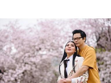Penyanyi Dewi Gita mengunggah kebahagiaannya bersama sang suami, Armand Maulan. Potret kebahagiaan terlihat dari pasangan yang telah 24 tahun menikah ini. (Instagram/dewigita01)