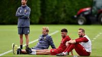 Alex Oxlade-Chambrlain (2kanan) menanti giliran bermain pada sesi latihan di Melwood Training Ground, Liverpool (7/9/2017). Latihan ini jelang melawan Manchester City pada pekan keempat Premier League. (Photo/Liverpoolfc)