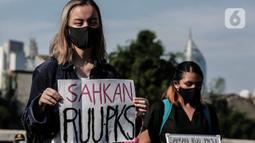 """Masa yang tergabung dalam """"Gerak Perempuan"""" melakukan aksi di depan Gedung MPR/DPR/DPD, Jakarta, Selasa (7/7/2020). Dalam aksinya mereka juga menuntut untuk mengawal Proses Legislasi hingga RUU tersebut disahkan menjadi undang - undang. (Liputan6.com/Johan Tallo)"""