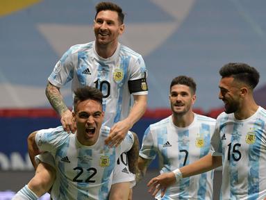 Argentina langsung tampil menyerang pada babak pertama. Gol pembuka langsung terjadi pada menit ketujuh lewat kaki Lautaro Martinez (kiri bawah). Gol cepat ini tercipta dari umpan Lionel Messi dan tak mampu dibendung oleh kiper Kolombia, David Ospina. (Foto: AFP/Nelson Almeida)