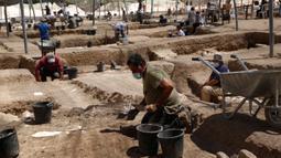 Para pekerja bekerja di sebuah situs arkeologi di Kota Yavne, Israel tengah, pada 25 Agustus 2020. Harta karun langka berupa 425 koin emas murni berumur sekitar 1.100 tahun ditemukan di Israel tengah, demikian disampaikan Otoritas Kepurbakalaan Israel pada Senin (24/8). (Xinhua/Gil Cohen Magen)