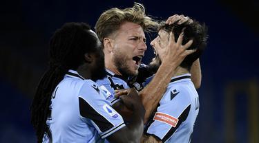 Pemain Lazio merayakan gol yang dicetak Ciro Immobile ke gawang Cagliari pada laga lanjutan Serie A pekan ke-35 di Stadio Olimpico, Jumat (24/7/2020) dini hari WIB. Lazio menang 2-1 atas Cagliari. (AFP/Filippo Monteforte)