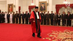 Arief Hidayat saat dilantik menjadi Hakim Konstitusi periode 2018-2023 di Istana Negara, Jakarta, Selasa (27/3). Pengambilan sumpah dilakukan setelah Arief kembali terpilih sebagai hakim MK perwakilan DPR. (Liputan6.com/Angga Yuniar)