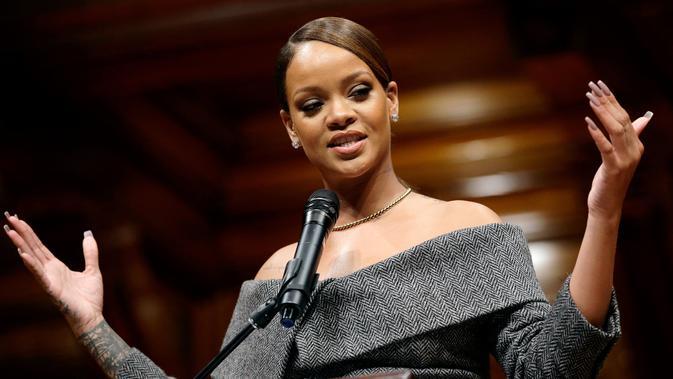 Penyanyi Rihanna berpidato setelah menerima penghargaan Humanitarian of the Year 2017 dari Universitas Harvard di Cambridge, (28/2). Rihanna meraih penghargaan berkat perannya di berbagai kegiatan amal dan sosial. (AP Photo/Steven Senne)