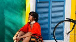 Berpose di Malibu, California, Camila tampak tampil dengan baju berwarna merah dan celana garis garis dilengkapi dengan choker berwarna putih. Dengan latar belakang warna warni dan dilengkapi ban sepeda tua, Camila tampak cantik. (Liputan6.com/IG/@camila_cabello)