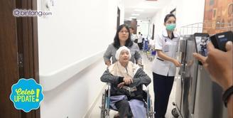 Linggasuri menangis saat melihat sahabatnya, Yana Zein yang tidak mau jalani kemoterapi karena ketakutan.