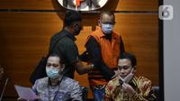 Mantan Sekretaris MA Nurhadi (belakang kanan) saat dihadirkan dalam konferensi pers di Gedung KPK, Jakarta, Selasa (2/6/2020). KPK resmi menahan Nurhadi dan manantunya Rezky terkait kasus dugaan suap pengurusan perkara di MA Tahun 2011-2016. (merdeka.com/Dwi Narwoko)