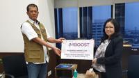 Yuly Indarto, Strategy Management & Corporate Affairs SOHO Global Health (kanan) menyerahkan donasi produk Imboost Force senilai Rp 1,5 miliar secara simbolis kepada Kepala BNPB  Letjen Doni Monardo (kiri), akhir Maret ini (30/3), di Jakarta.Foto: SOHO.
