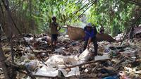 Prajurit TNI AD bersama unsur masyarakat dan Pemerintah Kota dan Kabupaten Bogor turun ke lapangan membersihkan tumpukan sampah yang sudah menggunung di tepi maupun aliran sungai. (Liputan6/Achmad Sudarno)