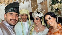 Tasya Farasya dan suami pun tampak hadir di pernikahan Tania Nadira. Sebelumnya, Tania juga hadir pada pernikahan Tasya 18 Februari 2018 silam. Pernikahan keduanya pun disebut sebagai pernikahan mewah yang menghabiskan dana miliaran rupiah. (Liputan6.com/IG/@tanianadiraa)