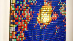 Seni jalanan berjudul Rubik Mona Lisa dipajang di rumah lelang Artcurial, Paris, Prancis, Senin (3/2/2020). Rubik Mona Lisa yang dibuat pada tahun 2005 tersebut terbuat dari 330 rubik. (FRANCOIS GUILLOT/AFP)