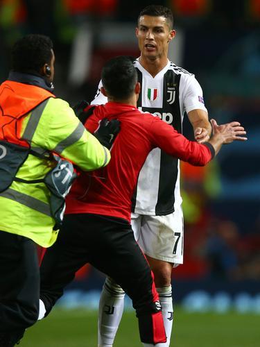 Aksi Nekat Fans MU Hampiri Ronaldo di Lapangan