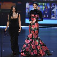 Kendall Jenner dan Kim Kardashian.  (Photo by Chris Pizzello/Invision/AP)