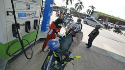 Petugas mengisi bahan bakan ke sepeda motor pemudik di SPBU kawasan Brebes, Jawa Tengah, Minggu (2/6/2019).  Sejumlah SPBU di Brebes terpantau ramai oleh para pemudik yang mengisi bahan bakar kendaraannya. (Liputan6.com/Herman Zakharia)