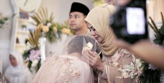 Tidak lama lagi, presenter dan pemeran Syahnaz Shadiqa akan melepas masa lajangnya. Raffi Ahmad kembali menjadi saksi untuk pernikahan adiknya tersebut. (Instagram/chevirgo)