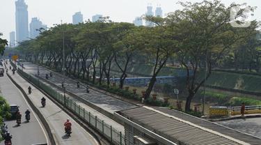 Pengendara sepeda motor menerobos jalur bus transjakarta di kawasan Pasar Rumput, Jakarta, Kamis (25/6/2020). Minimnya penindakan selama PSBB menyebabkan sebagian pemotor nekat masuk ke jalur khusus bus transjakarta tersebut. (Liputan6.com/Immanuel Antonius)