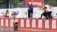 Selebrasi Marc Marquez saat menyentuh finis pertama MotoGP Argentina di Sirkuit Autodromo Termas de Rio Hondo, Senin (4/4/2016) dini hari WIB. (AFP/Juan Mabromata))