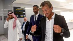 Pelatih asal Prancis, Herve Renard tersenyum usai menandatangani kontrak dengan Timnas Arab Saudi di Jeddah (5/8/2019). Pria berusia 50 tahun ini resmi menangani Timnas Arab Saudi setelah sebelumnya menangani Zambia (2012) dan Pantai Gading (2015) dan Maroko. (AFP Photo/Amer Hilabi)