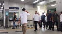 Prabowo memberikan tanda hormat saat Jokowi tiba di Stasiun MRT Lebak Bulus, Sabtu (13/7/2019). (Istimewa)