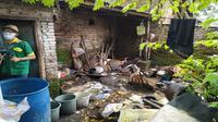Penampakan kondisi rumah Inah yang hidup tanpa aliran listrik hanya mengandalkan air hujan untuk MCK dan belas kasih tetangga. Foto (Liputan6.com / Panji Prayitno)