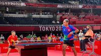 Pertandingan perempat final para tenis meja kategori TT10 Paralimpiade Tokyo 2020 antara David Jacobs (kanan) dengan atlet China, Lian Hao, Sabtu (28/8/2021). David Jacobs berhasil melangkah ke semifinal. (ist)