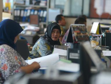 Aktivitas pegawai saat mulai masuk kerja usai libur Lebaran di Balai Kota DKI Jakarta, Rabu (21/6). Usai halalbihalal, pegawai Pemprov DKI mulai berkerja normal. (Merdeka.com/Imam Buhori)