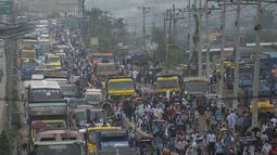 Orang-orang meninggalkan kota menuju kampung halaman mereka menjelang Lebaran di tengah pandemi corona Covid-19, di Dhaka, Selasa (11/5/2021). Para pemudik tampak berdesakan dan menjaga jarak, padahal pemerintah Bangladesh memerintahkan penduduk tidak mudik Idulfitri. (Munir Uz zaman/AFP)
