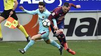 Duel Lionel Messi (kiri) dan pemain Eibar, Anaitz Arbilla pada lanjutan La Liga Santander di Ipurua stadium,  Eibar, (17/2/2018). Barcelona menang 2-0.(AP/Alvaro Barrientos)