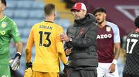 Kiper Liverpool, Adrian bersama Jurgen Klopp usai The Reds dikalahkan 27 oleh Aston Villa, Senin (5/10/2020) dini hari WIB. (PETER POWELL / POOL / AFP)