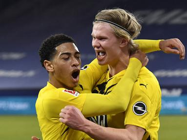 Striker Borussia Dortmund, Erling Haaland (kanan) melakukan selebrasi usai mencetak gol keempat timnya ke gawang Schalke dalam laga lanjutan Liga Jerman 2020/21 pekan ke-22 di Veltins Arena, Sabtu (20/2/2021). Borussia Dortmund menang 4-0 atas Schalke. (AP/Martin Meissner/Pool)