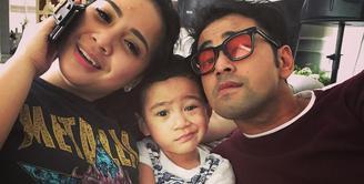 Raffi Ahmad, selama ini sering diterpa isu tak sedap di kehidupan rumah tangganya. Namun terlepas dari itu, foto-foto ini dapat menjadi bukti kalau Raffi sangat menyayangi keluarganya, yakni anak dan istrinya. (Instagram/raffinagita1717)