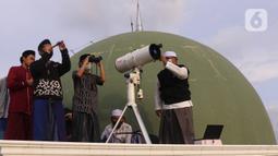 Pengurus Masjid Al Musyariin melakukan pemantauan hilal awal Ramadan 1441 Hijriah di Kampung Basmol, Jakarta Barat, Kamis (23/4/2020). Pemantau tersebut untuk menentukan masuknya bulan Ramdan 1441 Hijriah. (Liputan6.com/Angga Yuniar)
