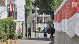 Sejumlah petugas gabungan polisi, tentara, dan satpam berjaga di gerbang pintu masuk Kantor DPP Partai Golkar, Slipi, Jakarta, Rabu (21/8/2019). Sehari sebelumnya, ratusan orang berseragam Angkatan Muda Partai Golkar mengamankan kantor dan melarang kader partai masuk. (merdeka.com/Iqbal Nugroho)