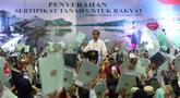 Presiden Joko Widodo atau Jokowi memberi sambutan saat membagian sertifikat tanah di Pasar Minggu, Jakarta, Jumat (22/2). Pemerintah membagikan 3.000 sertifikat tanah kepada warga. (Liputan6.com/Angga Yuniar)