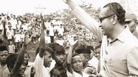 Soeharto saat meninjau proyek-proyek pertanian dan penggilingan padi Angkatan Darat di Karawang (dok.instagram @cendana.archives/https://www.instagram.com/p/BkPMchzBJvS/?taken-by=cendana.archives/Dinny Mutiah)