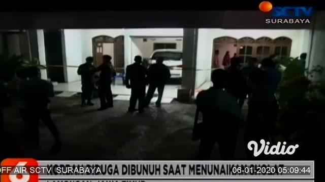 Seorang wanita juragan kos-kosan di Lamongan ditemukan meninggal dunia di rumahnya dengan luka bekas senjata tajam di tubuhnya. Polisi yang tiba di lokasi langsung melakukan olah TKP.
