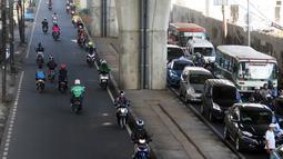 Pengendara motor melaju melawan arus lalu lintas di Jalan Ciledug Raya, Jakarta, Kamis (5/4). Kurangnya kesadaran berlalu lintas membuat sering terjadinya pelanggaran di jalan raya yang membahayakan diri dan pengendara lain. (Liputan6.com/Arya Manggala)