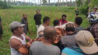 Jenazah Marwan saat dievakuasi warga sekitar (Arfandi Ibrahim/Liputan6.com)