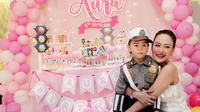 Penyanyi Cilik Aura Z bersama sang Mama saat merayakan ulang tahunnya yang ke-6