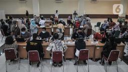 Tenaga pendidik berada di ruang observasi usai menerima vaksinasi di GOR Tanjung Priok, Jakarta Utara, Selasa (6/4/2021). Dinas Pendidikan DKI Jakarta menargetkan sebanyak 142.403 guru dan tenaga pendidik menerima vaksinasi Covid-19. (merdeka.com/Iqbal S. Nugroho)