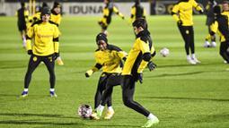 Pemain Borussia Dortmund, Youssoufa Moukoko berebut bola dengan Giovanni Reyna pada sesi latihan jelang laga Liga Champions, Selasa (24/11/2020). Dortmund akan berhadapan dengan Club Brugge. (AP/Martin Meissner)