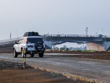 Kendaraan pemudik memasuki pintu masuk tol fungsional (tol darurat) Pemalang - Batang di Pemalang, Jumat (30/6). Jalan tol darurat yang sempat ditutup sementara itu akhirnya dibuka lagi pada H+4 atau Kamis (29/6) kemarin. (Liputan6.com/Faizal Fanani)