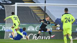 Gelandang Newcastle United, Joe Willock (kiri) melepaskan tendangan yang berbuah gol pertama timnya ke gawang Leicester City dalam laga lanjutan Liga Inggris 2020/2021 pekan ke-35 di King Power Stadium, Leicester, Jumat (7/5/2021). Newcastle menang 4-2 atas Leicester. (AFP/Michael Regan/Pool)