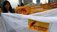 Aktivis Indonesia Malaria Care Foundation (IMCF) membentangkan spanduk dan kelambu saat menggelar aksi simpatik memperingati Hari Malaria Sedunia 24 April di kawasan Bunderan HI, Jakarta. (Antara)