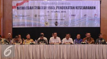 Sejumlah Menteri hadir dalam acara Simposium Nasional Membedah Tragedi 1965, Jakarta, Senin (18/4). Simposium yang diselenggarakan oleh pemerintah dan Komnas HAM ini bertujuan merekonsuliasi kasus pelanggaran HAM dimasa lalu. (Liputan6.com/Faizal Fanani)
