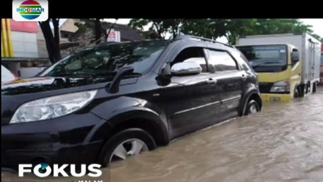 Banjir campur lumpur dengan arus cukup deras terjadi di Samarinda, Kalimantan Timur pada Senin sore.